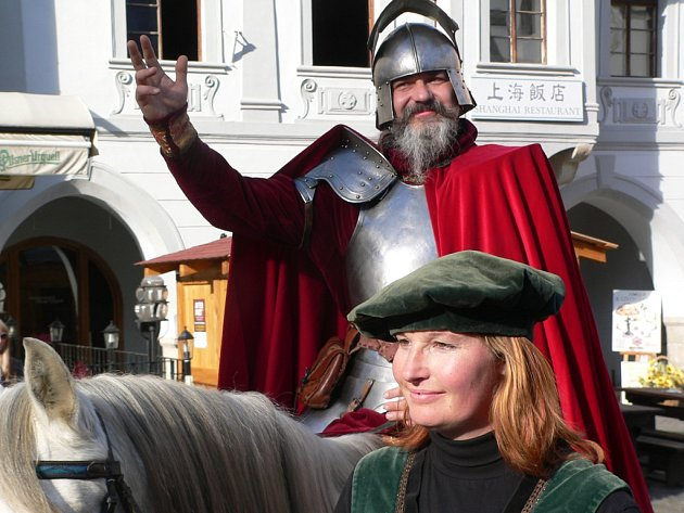 Svatý Martin přivezl na českokrumlovské náměstí mladé víno.