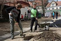 Na úpravách veřejného prostranství před budovou kaplického gymnázia se aktivně podíleli i žáci školy. Využity pro to byly hodiny tělesné výchovy a biologie.
