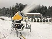 Na Lipně začali vyrábět zásoby sněhu.
