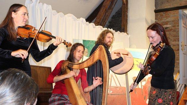 OBRAZEM: Výstavu skupiny 69 hudebními tóny podbarvily Živolenky