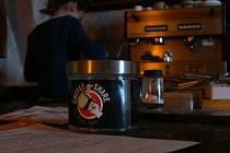 CAFFE SOSPESO je tradice, podle které je dát si šálek kávy základní lidské právo