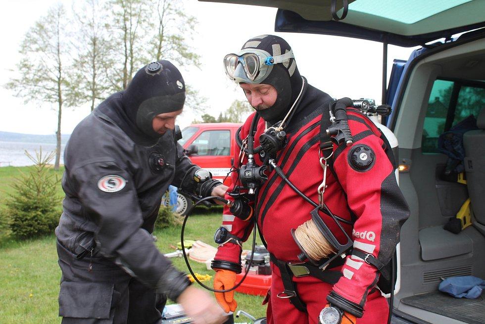 Krumlovští vodní záchranáři ve spolupráci s hasiči z Černé v Pošumaví připravují dráhu pro ponor. Na snímku potápěči Tomáš Dvořák (vpravo) a Jiří Urban.