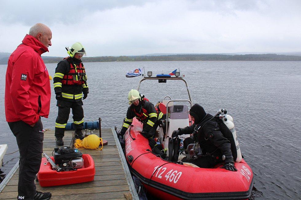Krumlovští vodní záchranáři ve spolupráci s hasiči z Černé v Pošumaví připravují dráhu pro ponor.