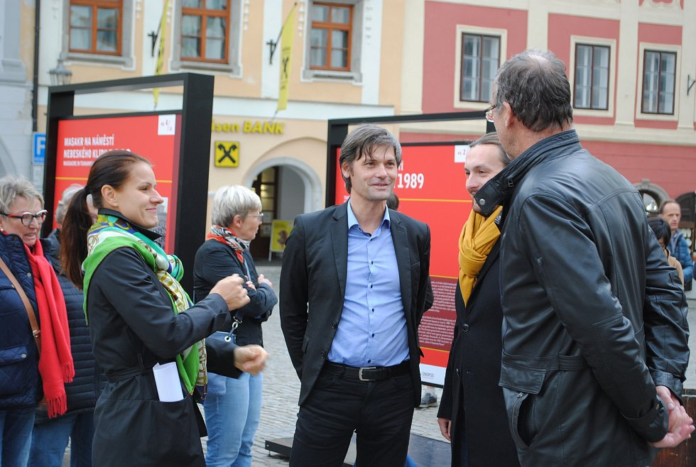 Zleva: sinoložka Kateřina Procházková, senátor Marek Hilšer, místostarosta Českého Krumlova Ivo Janoušek a starosta města Dalibor Carda.