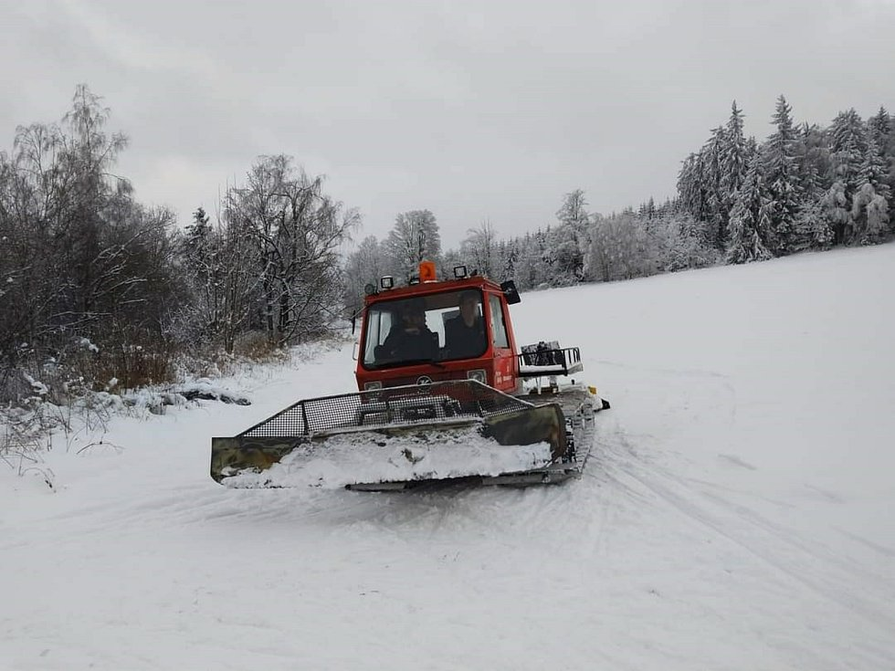 Úprava bílé stopy v Pohoří na Šumavě.