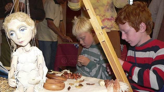 Matyáš (zleva) a Adam Čepelákovi se soustředí na vlastnoruční vyřezávání dřevěného prstýnku.