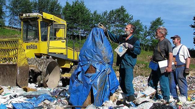 Hory odpadků na skládce v Pinskrově dvoře vyžadují pravidelný monitoring a kontroly.