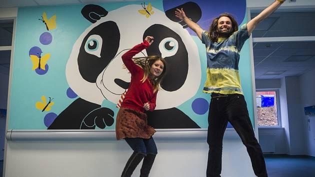 Raimonda Kielaitė a Milan Prokeš prozářili svými obrázky dětské oddělení krumlovské nemocnice.
