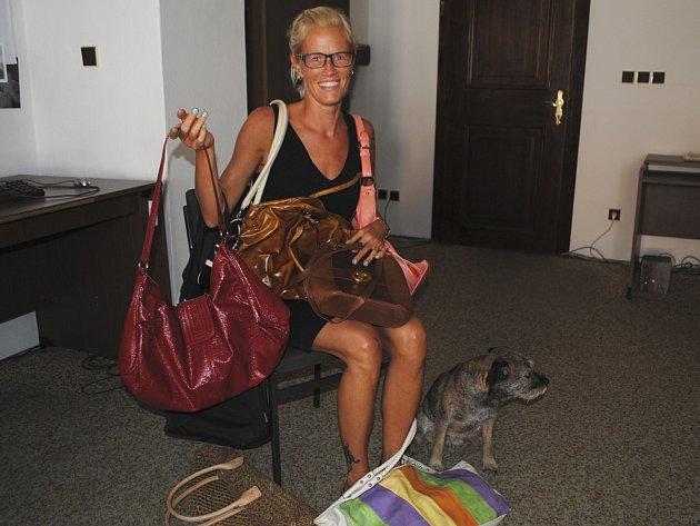 Eva Cieslarová do redakce přinesla devět kabelek.
