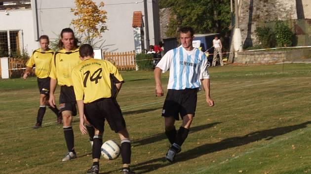 Do druhého poločasu derby utkání udělal frymburský kormidelník Jan Berit hned dvojnásobnou změnu a příchod záložníka Jiřího Sukdoláka i útočníka Josefa Micáka (vpravo) hru favorita výrazně oživil.