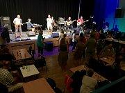 Koncert kapely Chlapi v sobě ve velešínském kině.