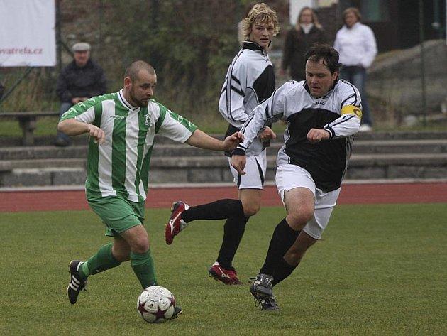 Vyšebrodští se budou muset v nadcházející sezoně obejít bez svého kanonýra Vladimíra Marka (u míče z derby v Českém Krumlově), který odešel do Dřítně.