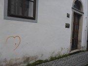 Sprejer nechal srdce na fasádě českokrumlovské fary.