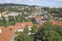 Šeříková stráň nad průtahem městem (v pravém horním kvadrantu snímku).