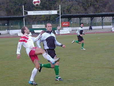 Herní pohodu hráčů Slavoje dokumentuje i David Čábela (vpravo, na snímku atakuje rozehrávku bavorovického Štojdla), který přesným centrem vybídl ke skórování Boháče.