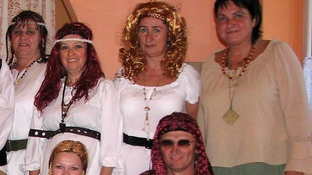 Naděžda Říčařová (na snímku zcela vpravo).