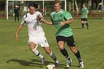 V prvním vzájemném utkání fotbalistů Kaplice a Rudolfova se domácí spartakovci ujali vedení kuriózní trefou Josefa Gondeka (vpravo, v souboji se Syrovátkou) přímo z rohu a nakonec dokráčeli k výhře 3:1.