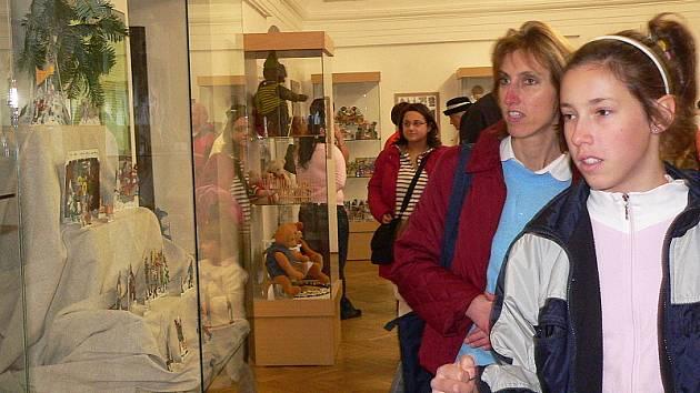 výstava betlémů, ale i ručně šitých medvědů a panenek vzbudila zájem.
