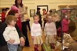 Českokrumlovské Městské muzeum přivítalo výstavu panenek, medvídků a betlémů.