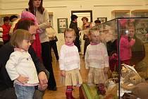 Výstava betlémů, ručně šitých medvědů a panenek v českokrumlovském muzeu.