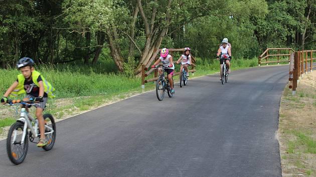 Nová cyklostezka ještě není otevřena, přesto už se na ní cyklisté objevují.