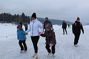 Tisíce lidí vyrazily zabruslit si na Lipno. To už je ale minulost. Letos byla ledová magistrála v provozu celkem devět dnů od oficiálního otevření.