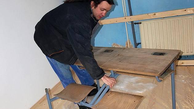 Podlahu ve školní třídě, jež bude součástí rožmitálského muzea, Daniel Sukdolák (na snímku) již položil, nyní se pustí do restaurování dobových lavic.