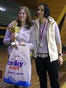 Dvouhra žen se stala jasnou záležitostí křemežských hráček, když do finále prošly Martina Weberová a Marie Motejlová (zleva). Tradiční cenu v podobě živého kapra a zlatý pohár si z Vodňan nakonec vezla prvně jmenovaná.