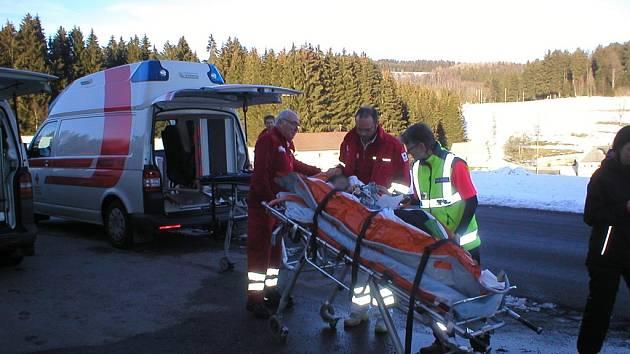 Předání chlapce se zlomenou nohou české záchrance.