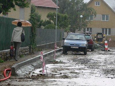 Déšť rekonstrukci ulice Zahrádky příliš nesvědčí.