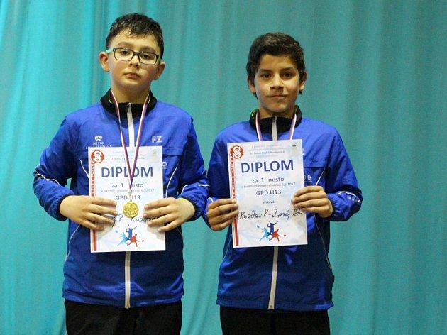 Čtyřhru chlapců na krajském turnaji ovládla krumlovská dvojice Petr Jurný a Kristián Kuzdas (zleva).