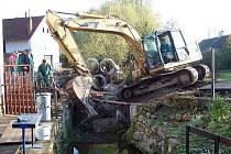 Práce na protipovodňových opatřeních v osadě Chlum šly rychle od ruky. Během týdne byl mostek zbourán a usazeny nové prefabrikáty (na snímku). Stejná akce nyní čeká Stupnou.