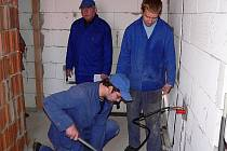 Tomáš Vávra (vpravo) a Jan Eib dokončili instalaci přívodů vody v novostavbě ve Chvalšinách. Tím úspěšně složili závěrečnou praktickou zkoušku. I kdyby byli během tří učňovských let sebešikovnější, jak by udělali při zkoušce zásadní chybu, neuspěli by.