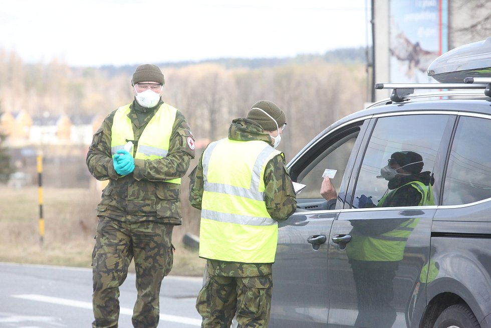 Na hranicích zastavují řidiče policisté. Ve spolupráci s vojáky a hasiči měří cestujícím teplotu a informují je o tom, co mají po příjezdu domů dělat.