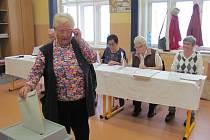 Jako první v 7. okrsku v Českém Krumlově odvolila paní Božena Cejnková.