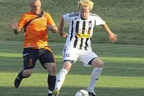 Skóre brankově bohatého přípravného utkání otevřel v 11. minutě kaplický Arnošt Preusler (vpravo u míče atakovaný olešnickým Lustem).