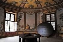 """""""Kouzelný stůl"""" v Bellarii, ke kterému vedl výtah na jídlo přímo z kuchyně."""