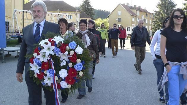 Omleničtí se vydali společně k hromadnému hrobu vězňů.