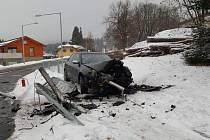 Hasiči a záchranka z Frymburka zasahovali na kruhové křižovatce v Lipně nad Vltavou.
