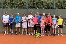 Několikadenní společné soustředění hráčů krumlovského LTC na domácích kurtech (na snímku žáci) se při startu soutěží družstev pozitivně projevilo.