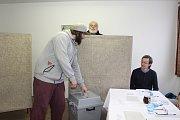 Volební komise v českokrumlovském okrsku v Novém Spolí hýřila humorem.