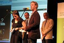 Vítěz Ekofilmu 2009 Oliver Hodge při předávání ceny v Českém Krumlově.