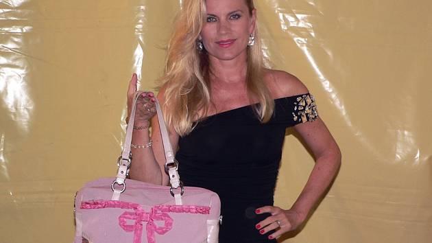Kabelku pro veletrh darovala také zpěvačka Leona Machálková.