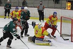 S Radomyšlí sehrávají medvědi vždy dramatické bitvy (archivní snímek z březnového play off)  – a výjimkou nebyl ani nedělní duel na píseckém ledě.