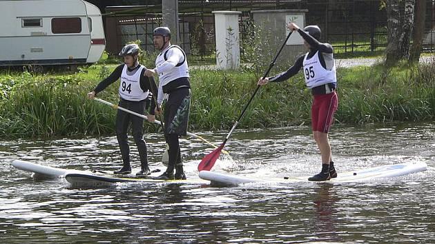 Paddleboardisté na trase. Uprostřed pádluje zámý český veslař Václav Chalupa.