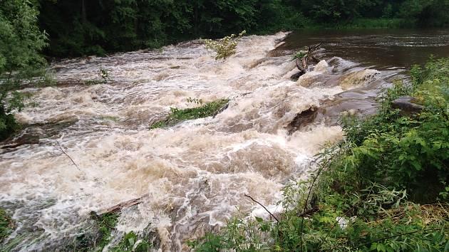 Naposledy v červnu 2020 vystoupaly na jihu Čech některé řeky na druhý povodňový stupeň, velké škody ale nenapáchaly. Na snímku je Malše v Kaplici.