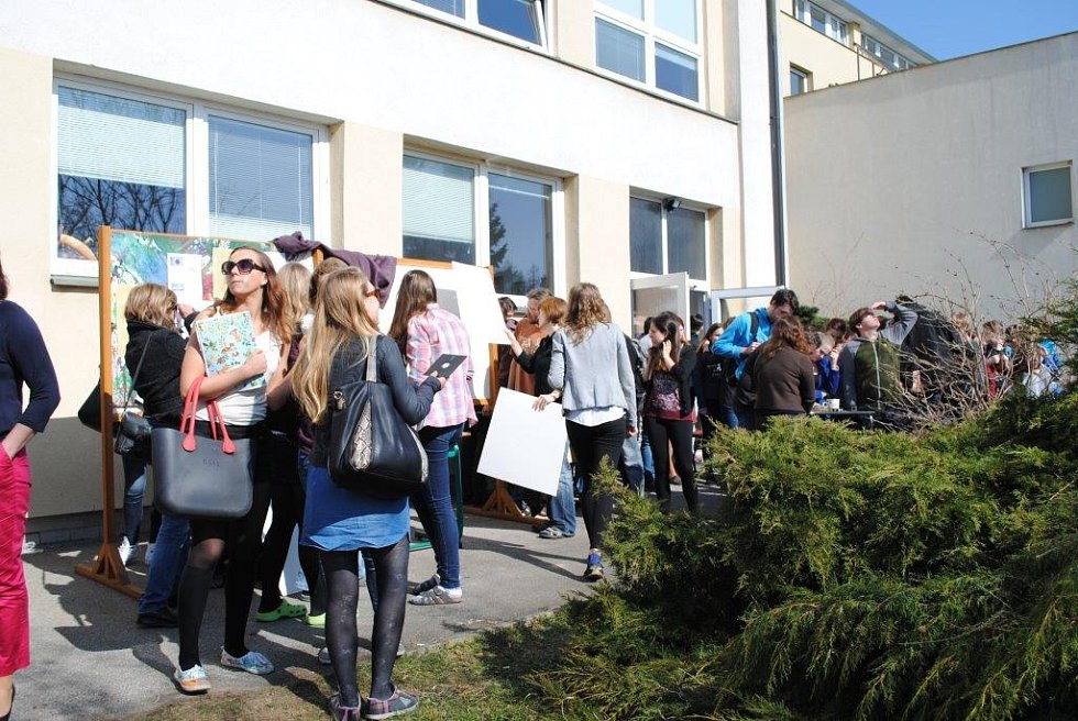 Lidé se zaujetím sledovali částečné zatmění slunce před českokrumlovským gymnáziem.