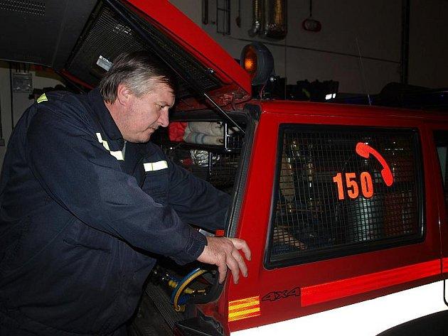 Každý začátek směny je stejný – nejdříve je nutné kontrolovat, zda je výstroj kompletní a technika funkční. Zásahový džíp nevyjímaje. Na snímku hasič Václav Komárek.