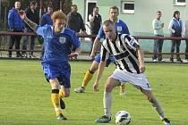 V zajímavém derby se oba týmy vystřídaly ve vedení, aby se body nakonec dělily (vpravo domácí Tomáš Faltus kryjící si balon před hornoplánským mladíkem Adamem Kvasničkou).