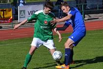 Krumlovský mladík Matyáš Babka (vlevo v souboji s karlovarským Skalou) vsítil v dohře svůj první divizní gól za Slavoj.